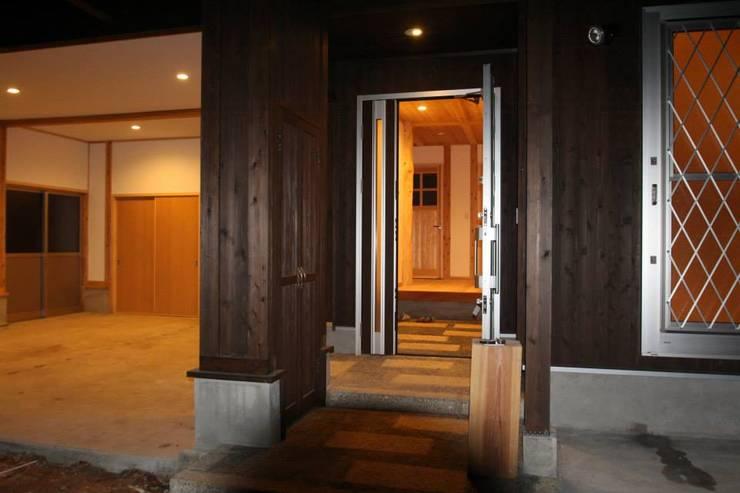 玄関: 株式会社粋の家が手掛けた廊下 & 玄関です。