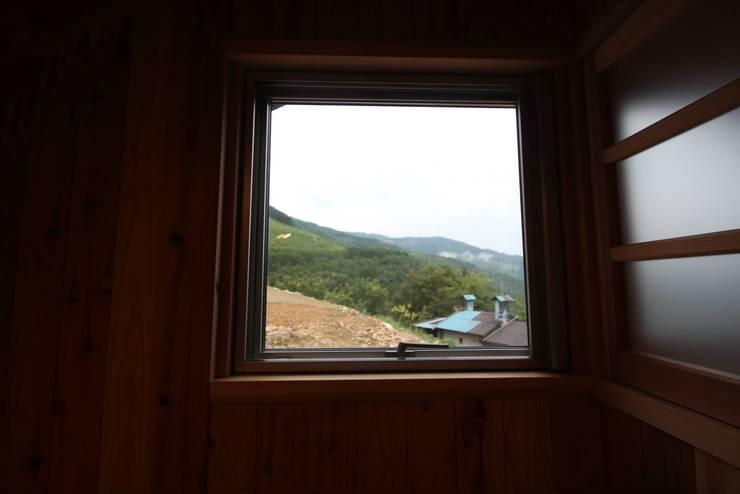 書斎から見た風景: 株式会社粋の家が手掛けた書斎です。
