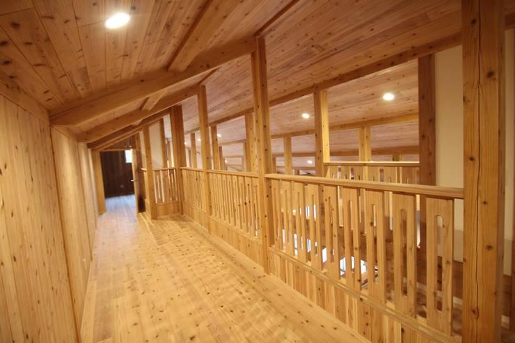 屋根裏: 株式会社粋の家が手掛けた廊下 & 玄関です。