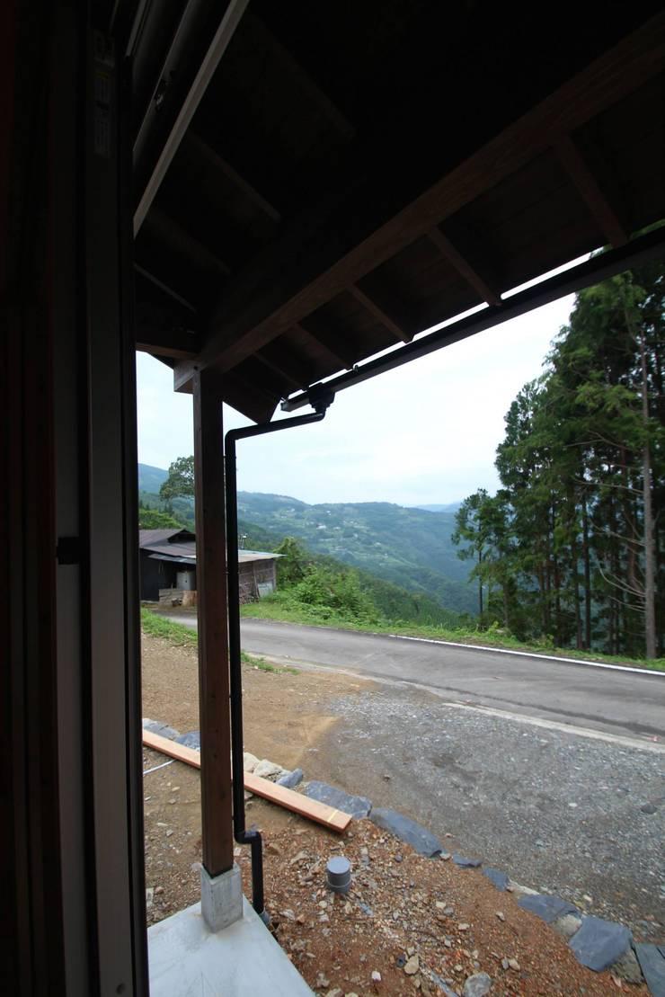 軒の出: 株式会社粋の家が手掛けた窓です。