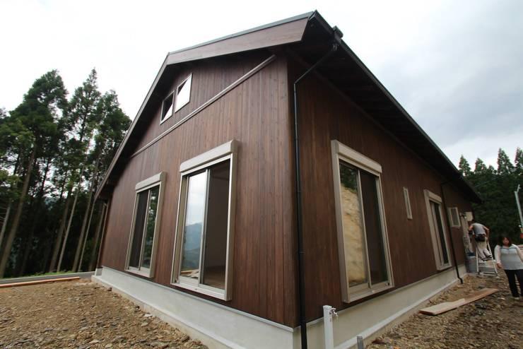 外壁:無垢杉: 株式会社粋の家が手掛けた家です。