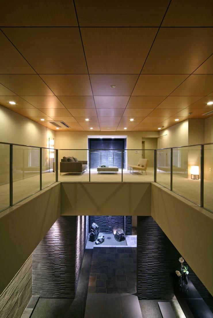 吹き抜けのあるしかけ: PROSPERDESIGN ARCHITECT OFFICE/プロスパーデザインが手掛けた廊下 & 玄関です。,オリジナル