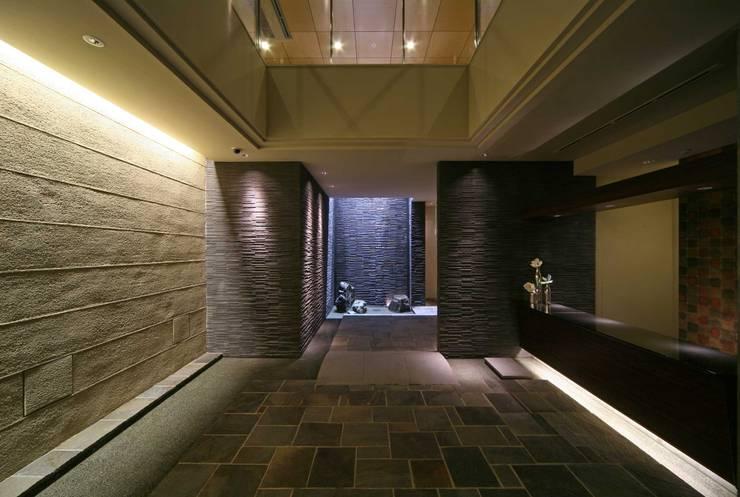 エントランスホール: PROSPERDESIGN ARCHITECT OFFICE/プロスパーデザインが手掛けた廊下 & 玄関です。,オリジナル