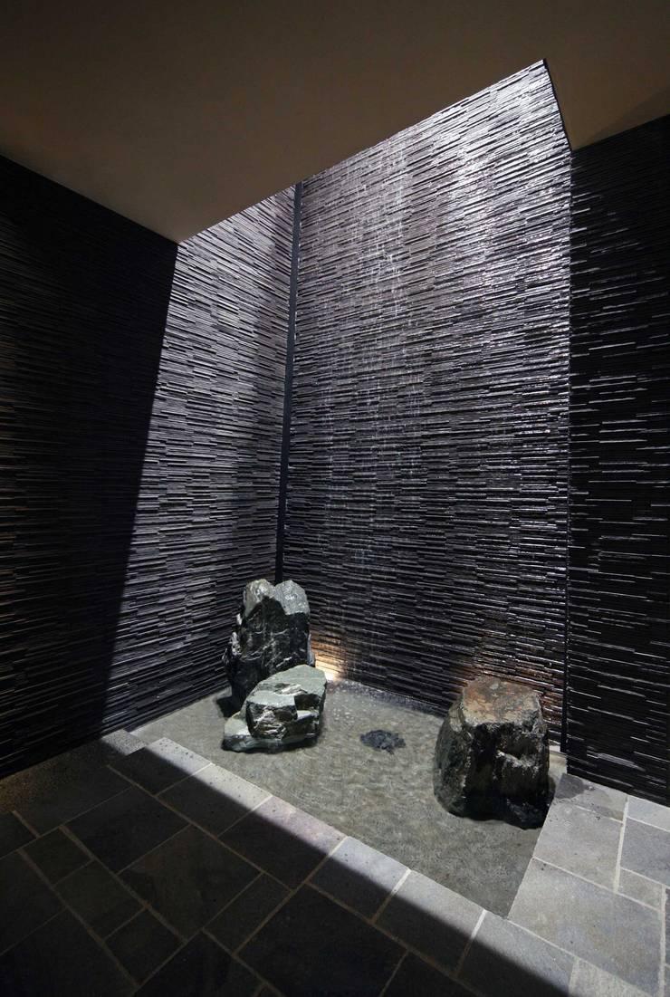 三尊石組に落ちる水: PROSPERDESIGN ARCHITECT OFFICE/プロスパーデザインが手掛けた廊下 & 玄関です。,オリジナル