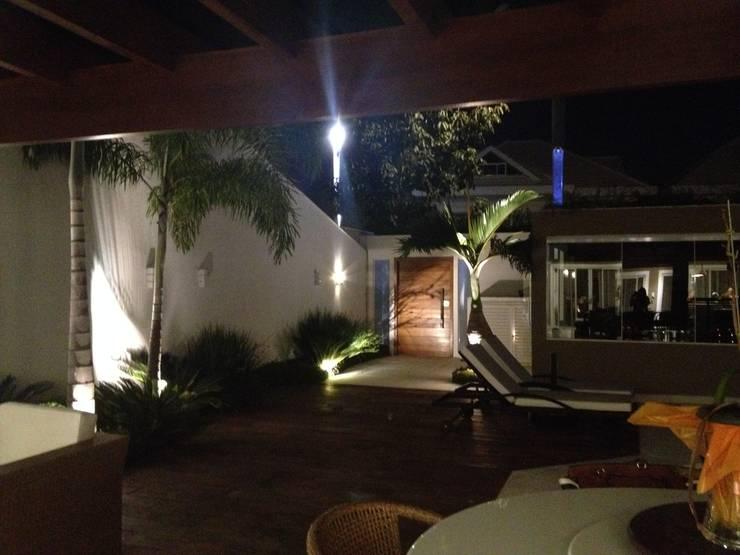 Iluminação indireta dos elementos.: Terraços  por Studio HG Arquitetura,