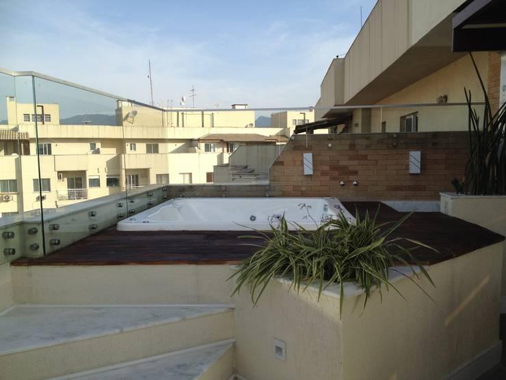 Deck da hidro-spa com ducha: Spas  por Studio HG Arquitetura