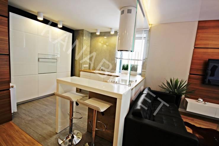 Drewno Beton Szkło: styl , w kategorii Kuchnia zaprojektowany przez KANABE