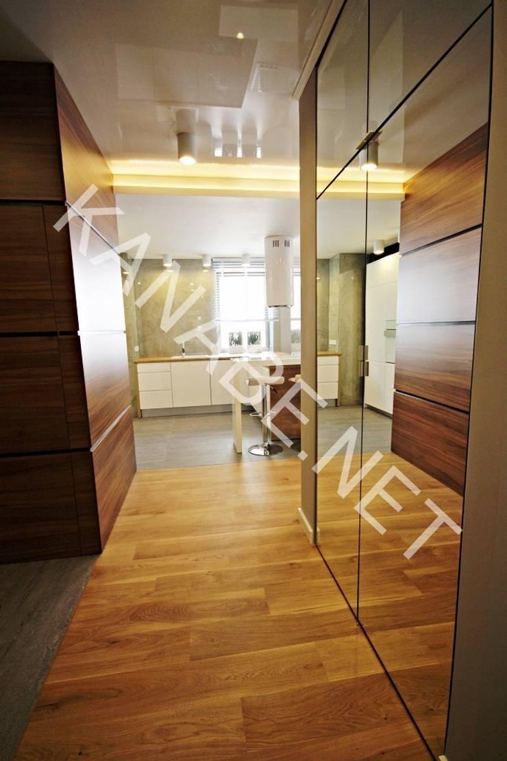Drewno Beton Szkło: styl , w kategorii Korytarz, przedpokój zaprojektowany przez KANABE