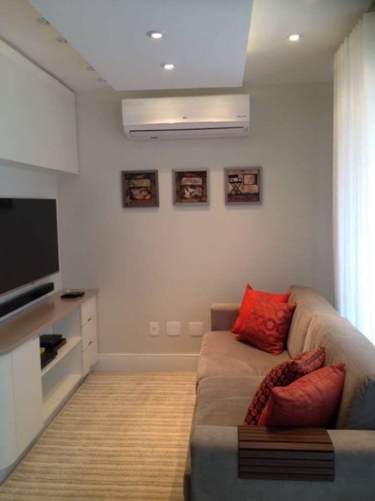 TV e som: Salas de estar  por Studio HG Arquitetura,Moderno