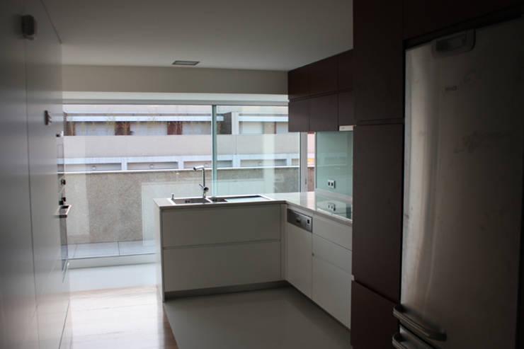 Remodelação Apartamento: Cozinhas  por sergiovazsousaarquiteto