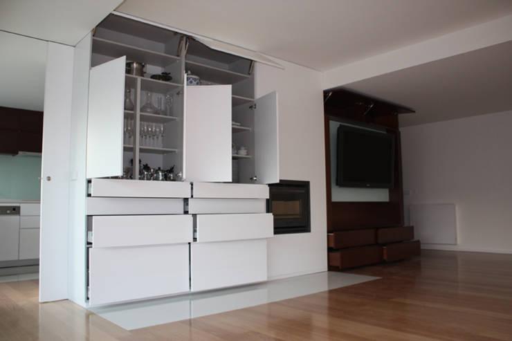 Remodelação Apartamento: Salas de jantar  por sergiovazsousaarquiteto