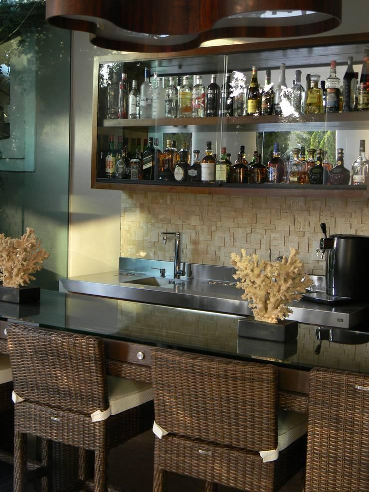 Bar do colecionador: Terraços  por Studio HG Arquitetura