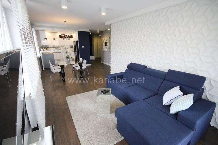 Granatowe wnętrze: styl , w kategorii Pokój multimedialny zaprojektowany przez KANABE