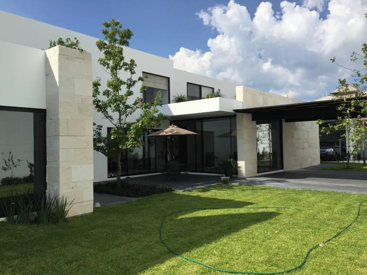 Casa Alv_Mtz.: Casas de estilo  por AD ARQUITECTOS