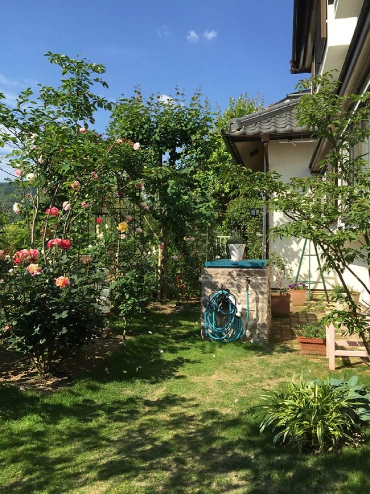 収納カウンターを中心に。: eniが手掛けた庭です。