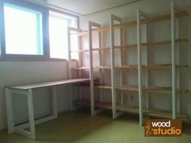 원목 책상, 책장: 홍스목공방의  서재/사무실