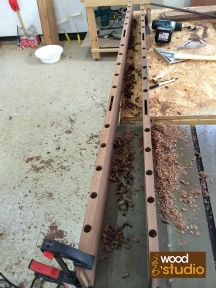 원목 소파 (walnut sofa): 홍스목공방의  거실