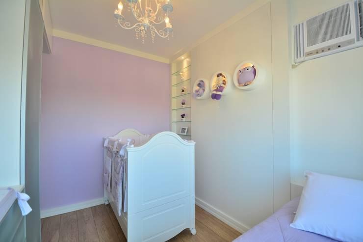 dormitório de bebê: Quarto infantil  por arquiteta aclaene de mello