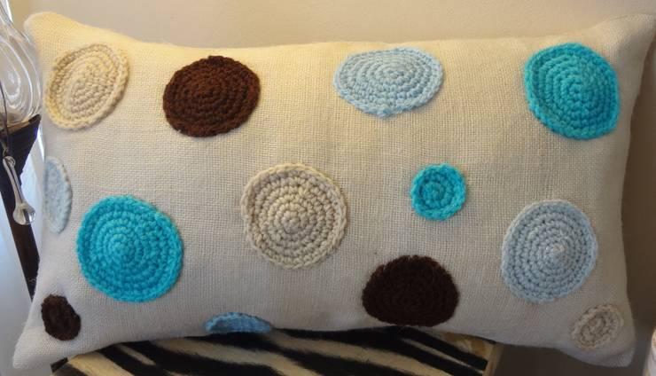 Arpillera marfil con circulos en crochet: Hogar de estilo  por Lola Eme Deco