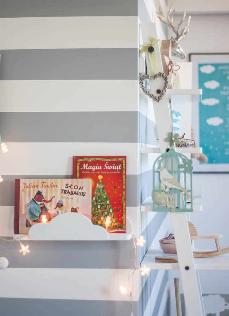 """Dekoracje do pokoju dziecięcego - półka """"chmurka"""": styl , w kategorii  zaprojektowany przez MyWoodVillage,Skandynawski Drewno O efekcie drewna"""