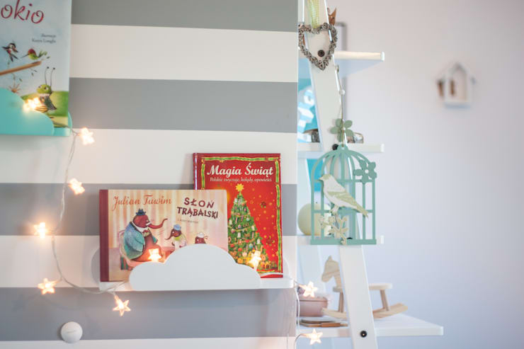 """Dekoracje do pokoju dziecięcego - półka """"chmurka"""": styl , w kategorii Pokój dziecięcy zaprojektowany przez MyWoodVillage"""