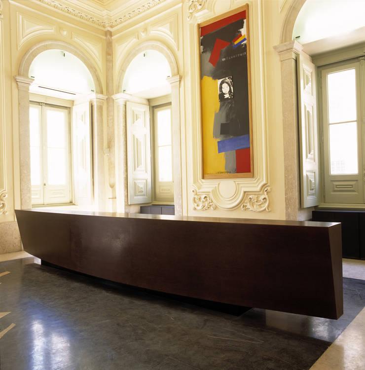 Balcão de recepção VIP para Câmara Municipal de Lisboa: Escritórios e Espaços de trabalho  por Atelier Pedro Silva Dias