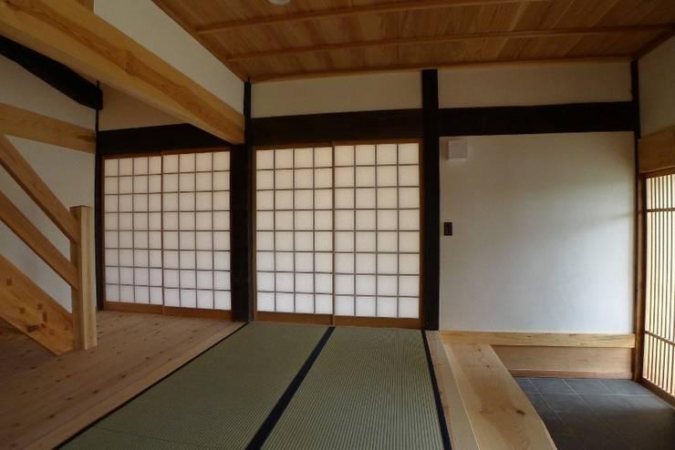 N邸 改修: 建築設計事務所 山田屋が手掛けた廊下 & 玄関です。,