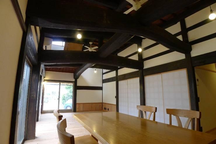 N邸 改修: 建築設計事務所 山田屋が手掛けたリビングです。,