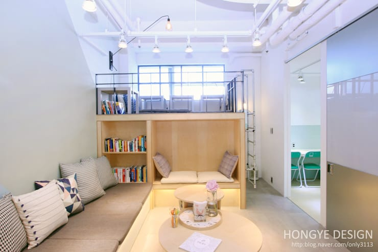 카페에서 공부하는듯한 어학원 인테리어: 홍예디자인의  서재 & 사무실