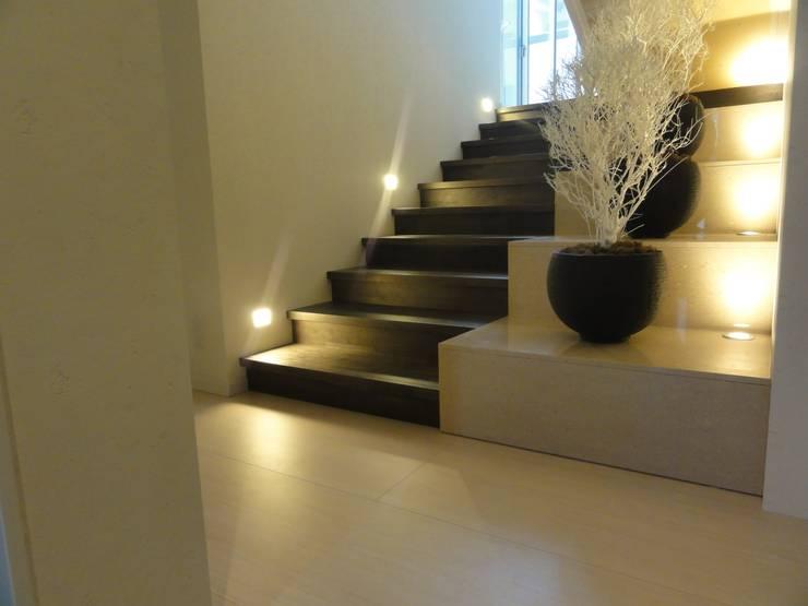 ゆっくりとした階段: DIOMANO設計が手掛けた玄関&廊下&階段です。