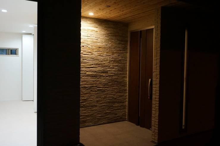 玄関アプローチ: DIOMANO設計が手掛けた廊下 & 玄関です。,