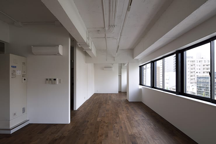 Jimukino-Ueda - ジムキノウエダ -: 株式会社アーキネット京都1級建築士事務所が手掛けたリビングです。,