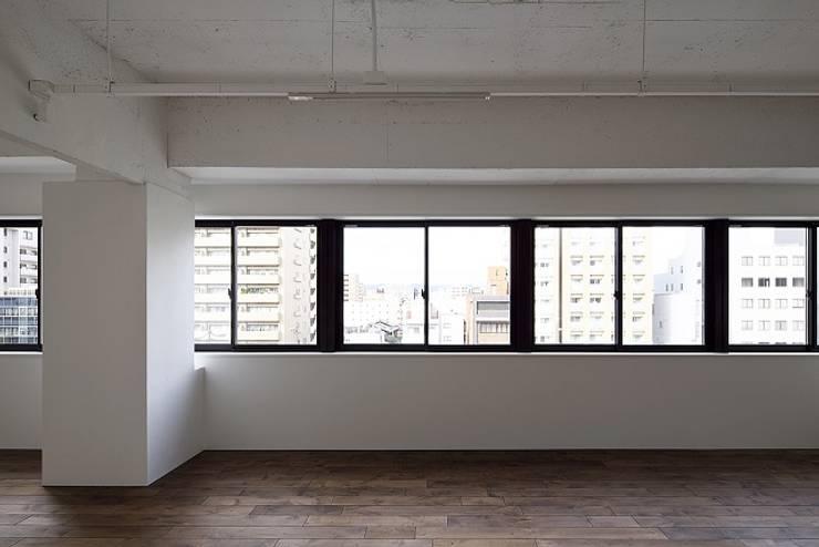 Salas / recibidores de estilo  por 株式会社アーキネット京都1級建築士事務所