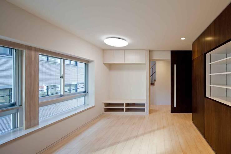 都心の家 NY邸: 細江英俊建築設計事務所が手掛けたリビングです。,
