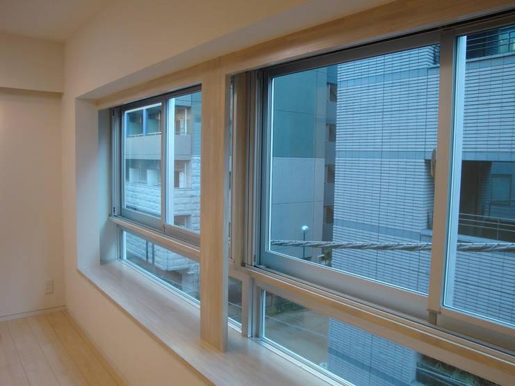 都心の家 NY邸: 細江英俊建築設計事務所が手掛けた窓です。,