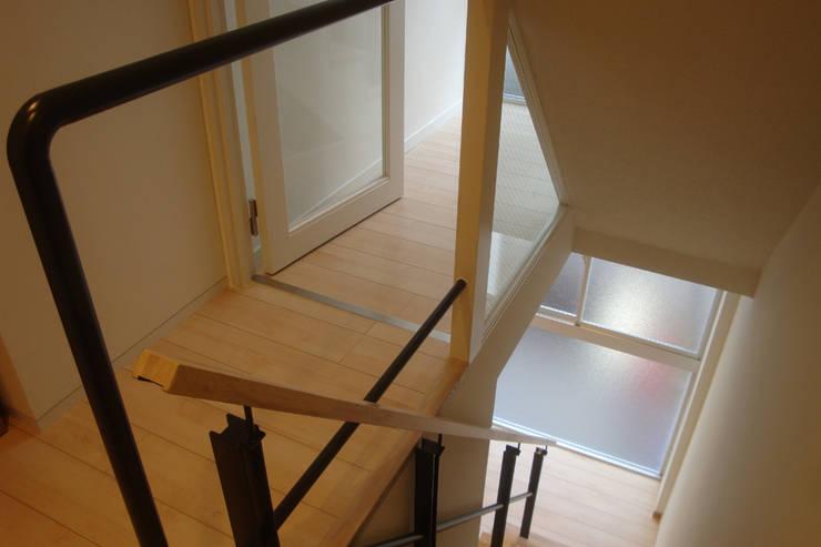 都心の家 NY邸: 細江英俊建築設計事務所が手掛けた廊下 & 玄関です。,