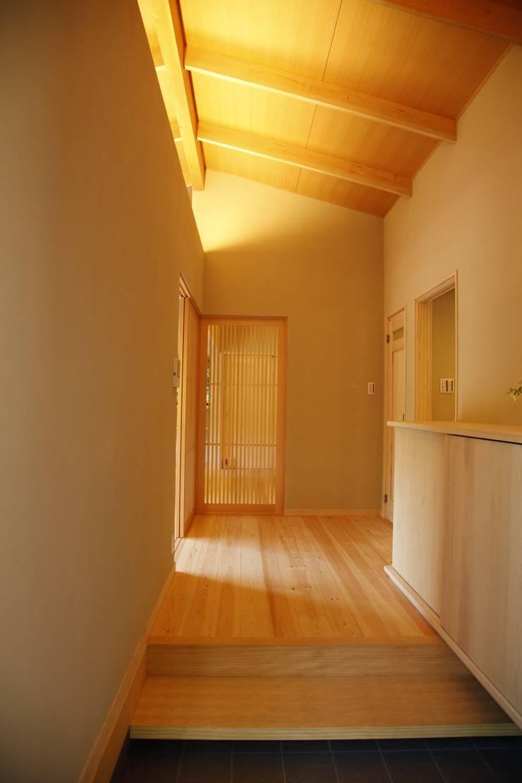KI HOUSE: 日菜設計室 HINA ARCHITECTSが手掛けた廊下 & 玄関です。,