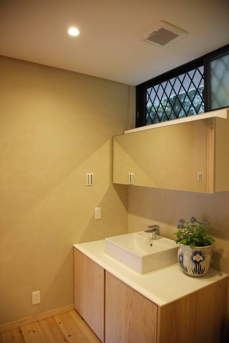 KI HOUSE: 日菜設計室 HINA ARCHITECTSが手掛けた浴室です。,
