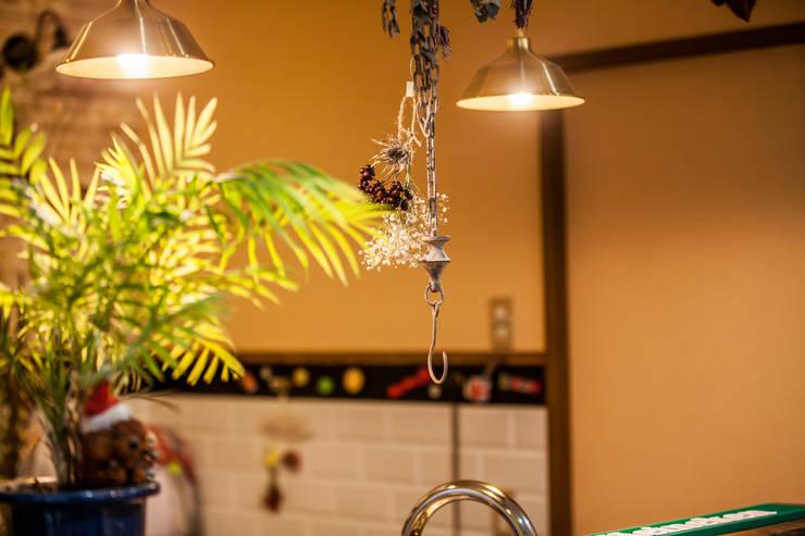 小物使いが素敵なお家: 株式会社コリーナが手掛けたキッチンです。