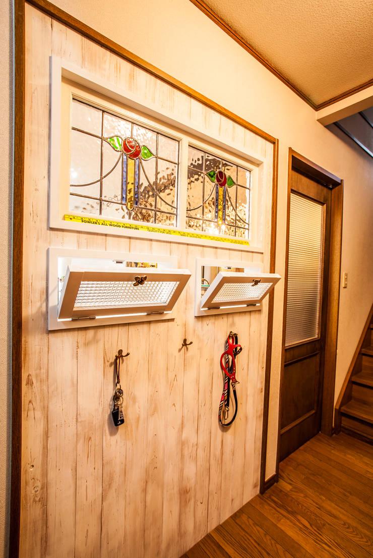 小物使いが素敵なお家: 株式会社コリーナが手掛けた廊下 & 玄関です。,