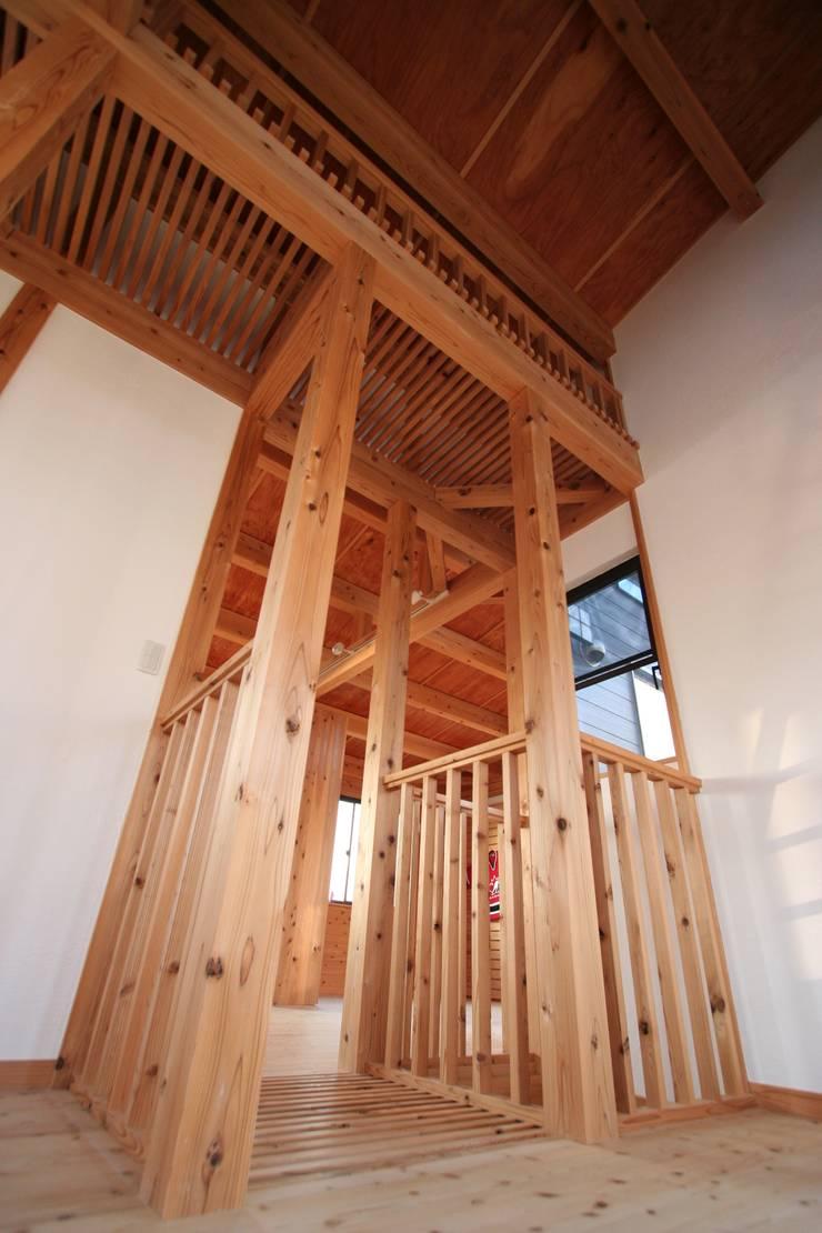 スギバコ: 凰建設株式会社が手掛けた寝室です。