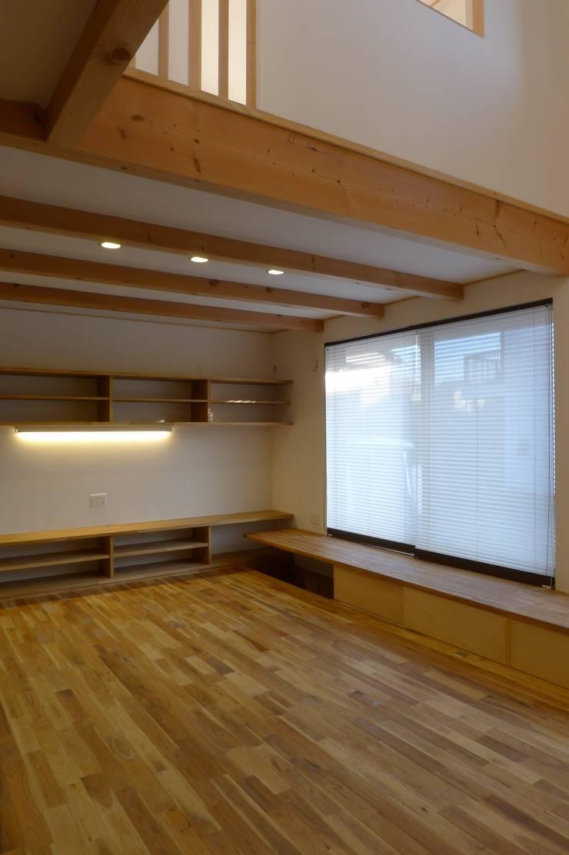栗東の家: 株式会社 atelier waonが手掛けたリビングです。,