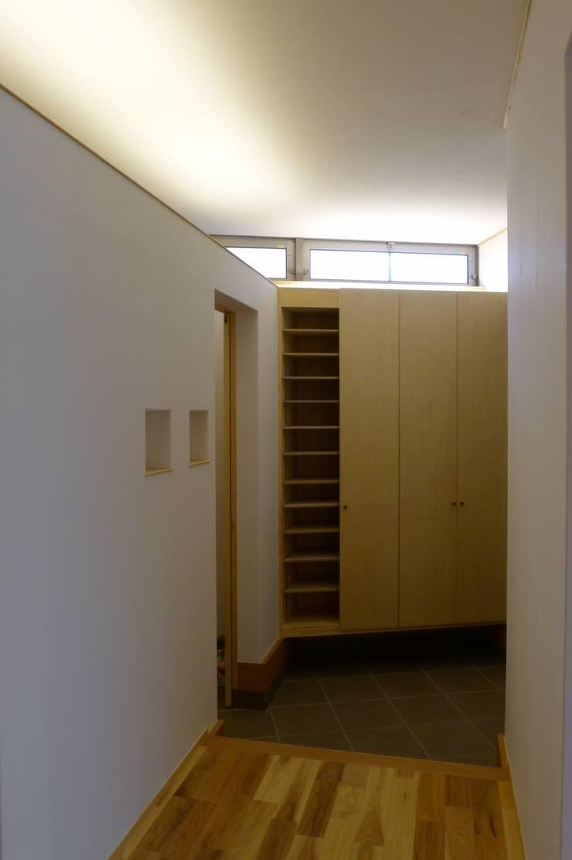 栗東の家: 株式会社 atelier waonが手掛けた廊下 & 玄関です。,