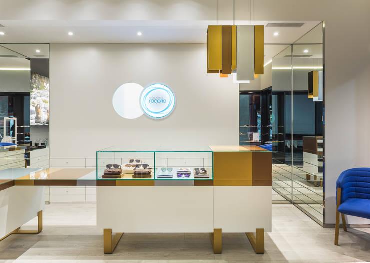 OMR_SM_3: Lojas e espaços comerciais  por XYZ Arquitectos Associados