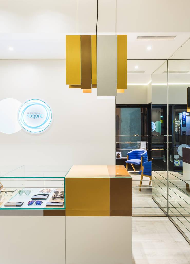 OMR_SM_9: Lojas e espaços comerciais  por XYZ Arquitectos Associados