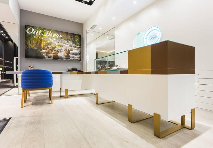 OMR_SM_10: Lojas e espaços comerciais  por XYZ Arquitectos Associados