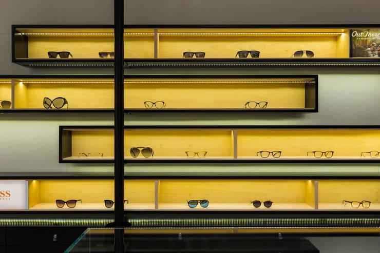 OMR_AM_6: Lojas e espaços comerciais  por XYZ Arquitectos Associados