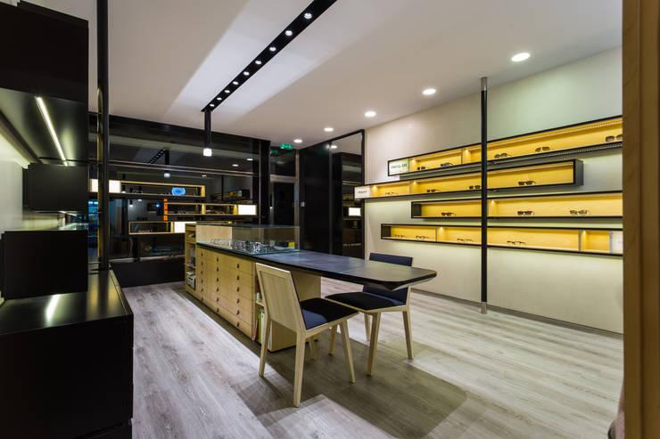 OMR_AM_7: Lojas e espaços comerciais  por XYZ Arquitectos Associados