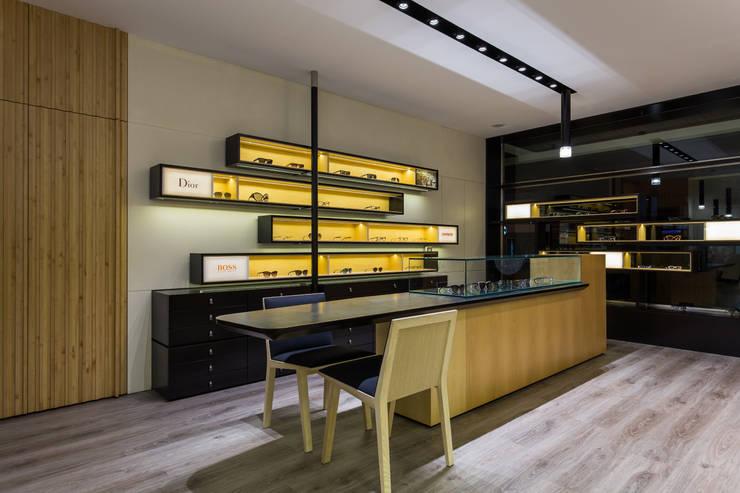 OMR_AM_8: Lojas e espaços comerciais  por XYZ Arquitectos Associados