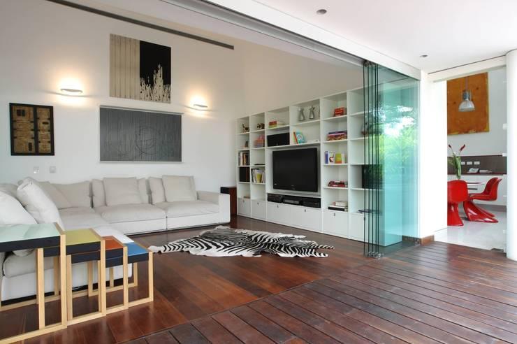 Casa BA: Salas / recibidores de estilo  por oda - oficina de arquitectura